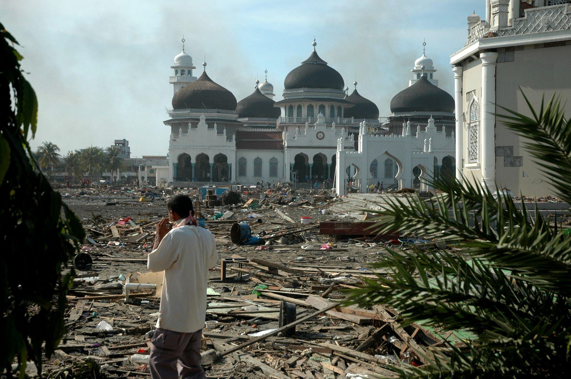 2004 yılında tsunami sonrası Banda Aceh'te Baiturrahman Camii
