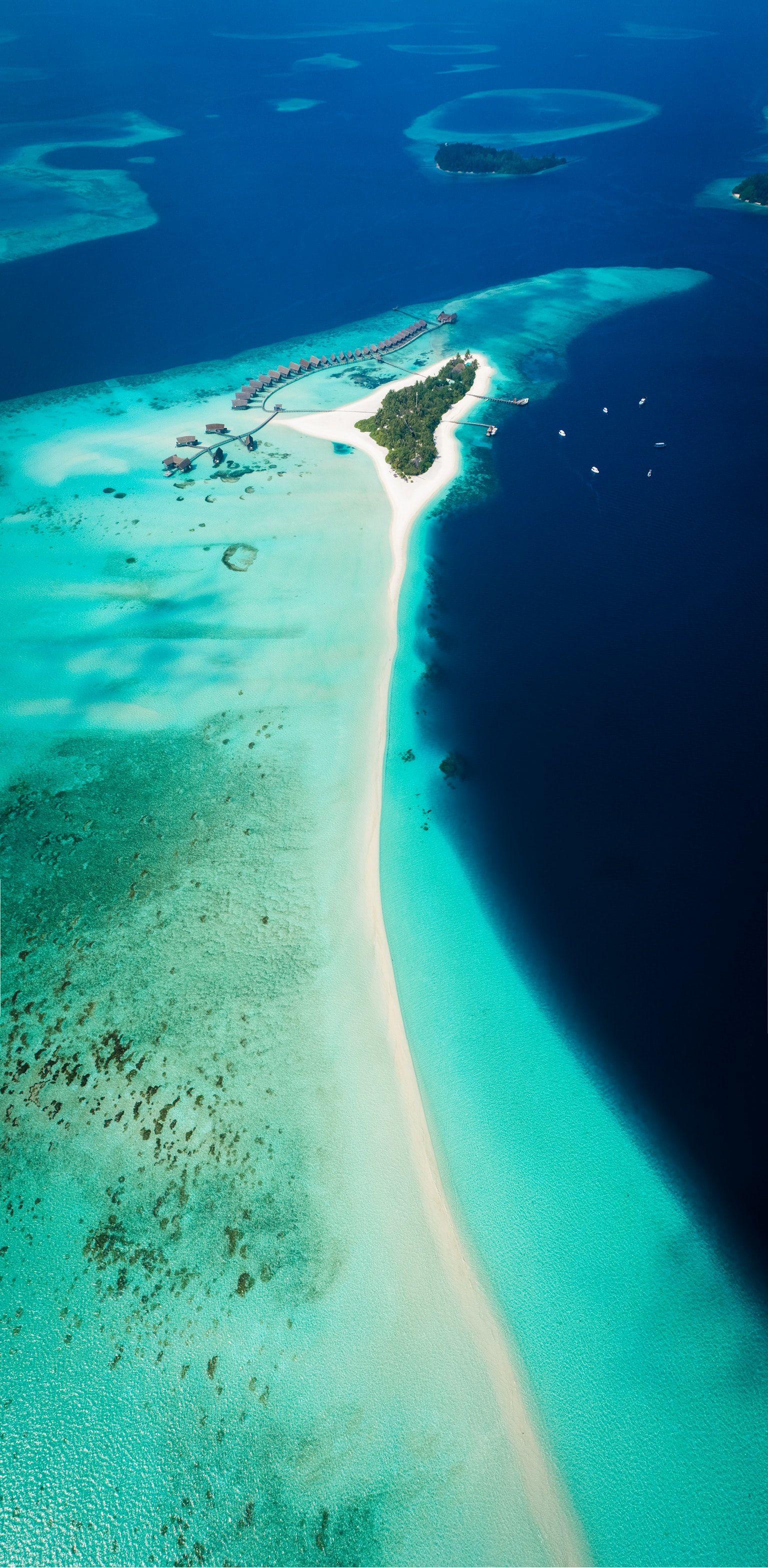 Maldivler'deki farklı biçimdeki adalardan biri