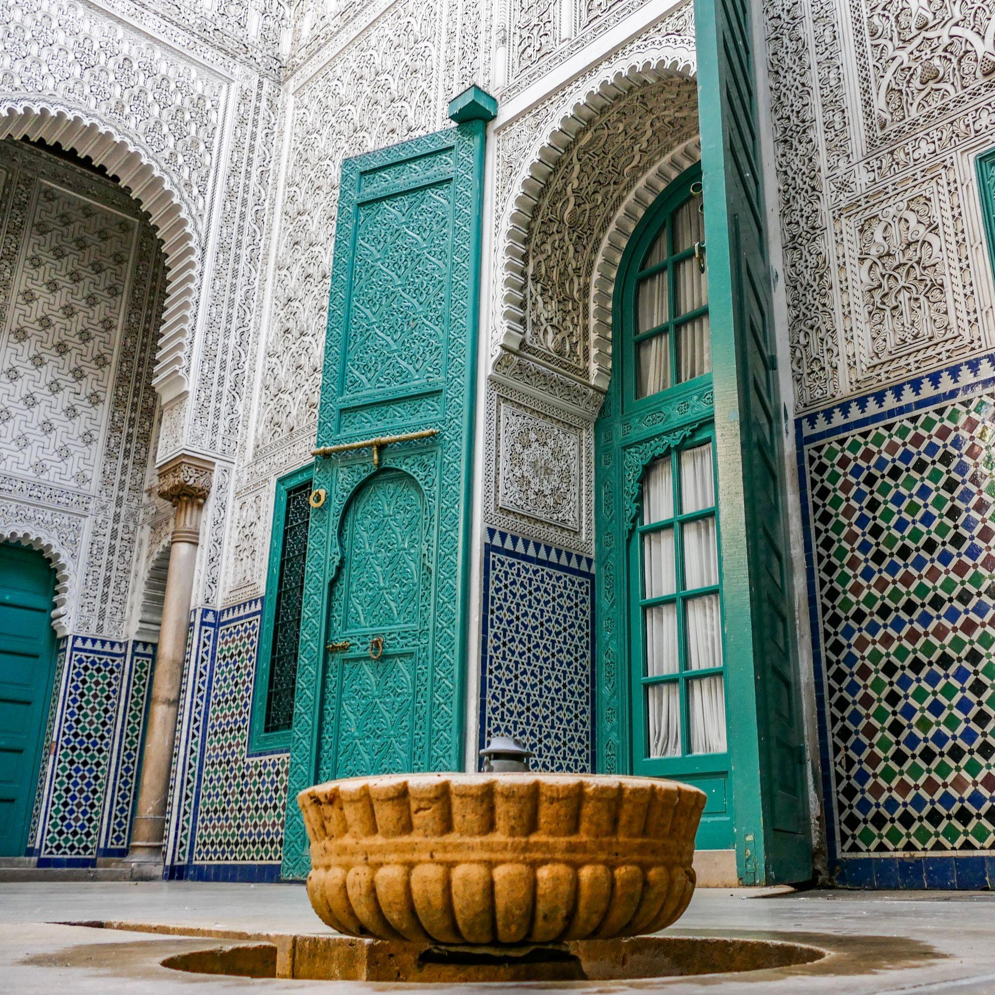 Марокканская мозаика Зеллидж является важной составляющей интерьера риада