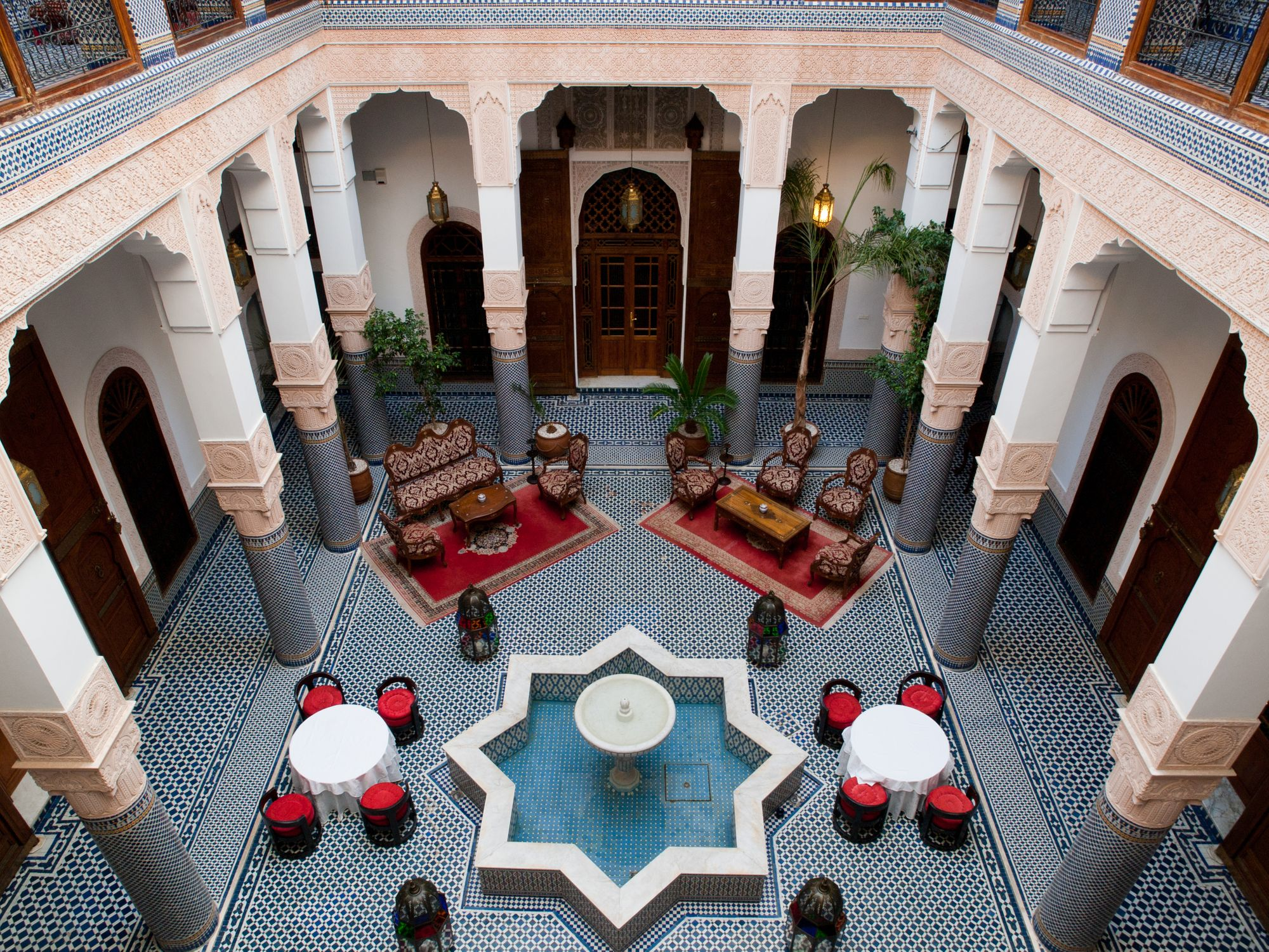 Вид на внутренний двор традиционного марокканского риада